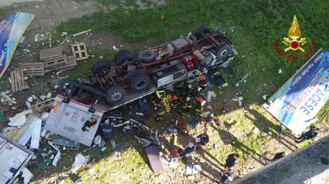Tir sbanda e precipita dal cavalcavia sulla A19: morto il conducente
