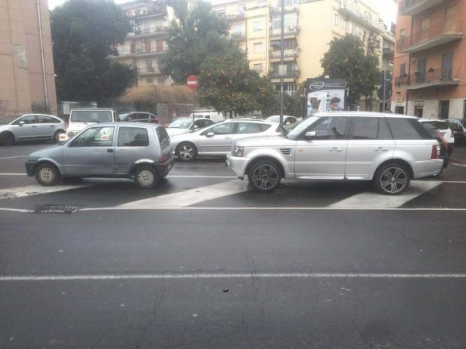 """Sulle strisce pedonali e negli stalli di sosta per i disabili: i parcheggi """"sbrex"""" dei catanesi"""