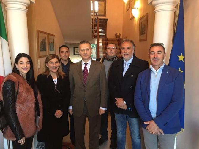 Giusi Nicolini e ambasciatore De Vito con delegazione operatori turistici