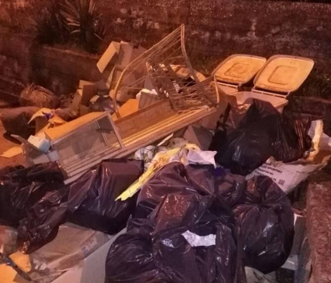 """""""Tra rifiuti e paura, ci potrebbero scannare ma nessuno ci aiuta"""". Guardie mediche nel caos"""