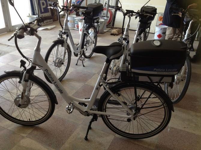 Le nuove biciclette elettriche in dotazione alla Polizia Municipale