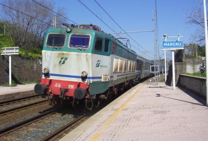Stazione Mascali treno ferrovie dello stato
