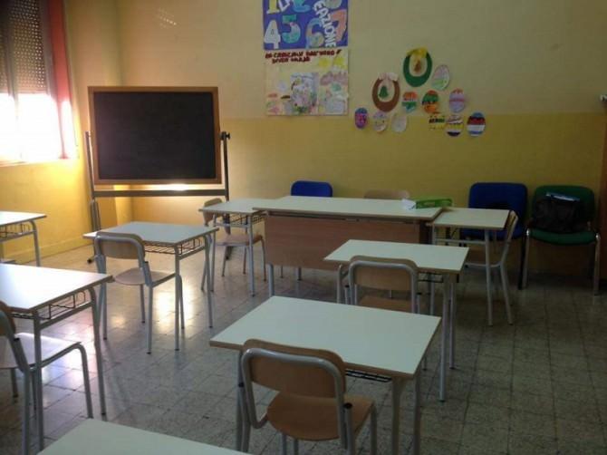scuola Lampedusa aula banchi