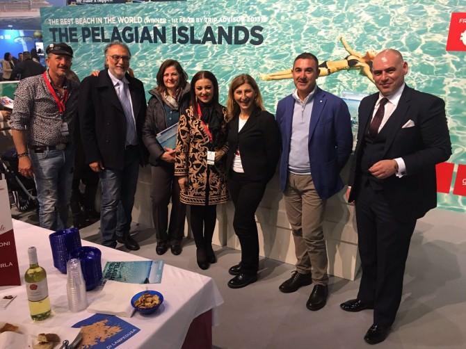 Una foto di gruppo allo stand Pelagie della fiera maltese