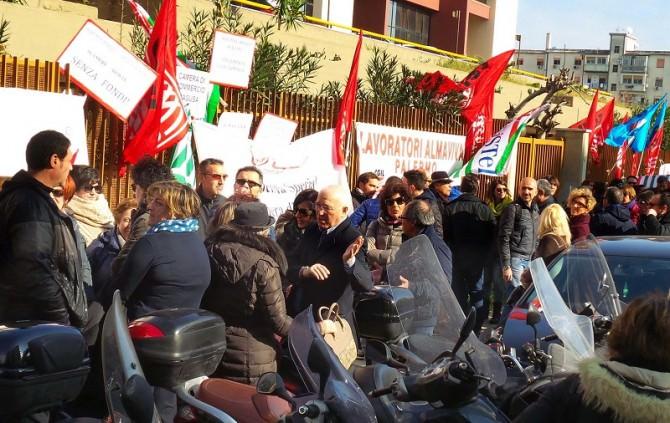 PROTESTA OPERATORI ALMAVIVA all'ASSESSORATO ALLA COOPERAZIONE IN VIA DEGLI EMIRI.