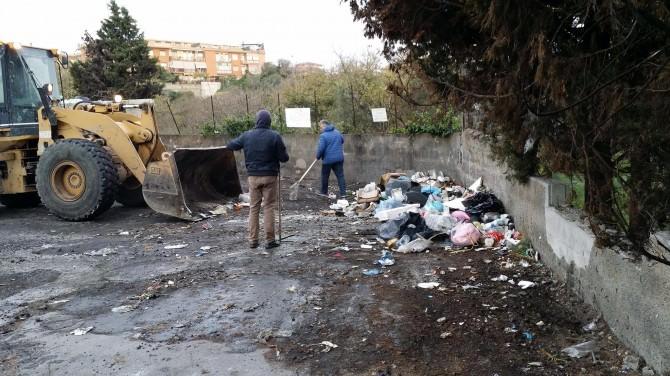 Via Badia spazzatura bonifica sacchi sporcizia