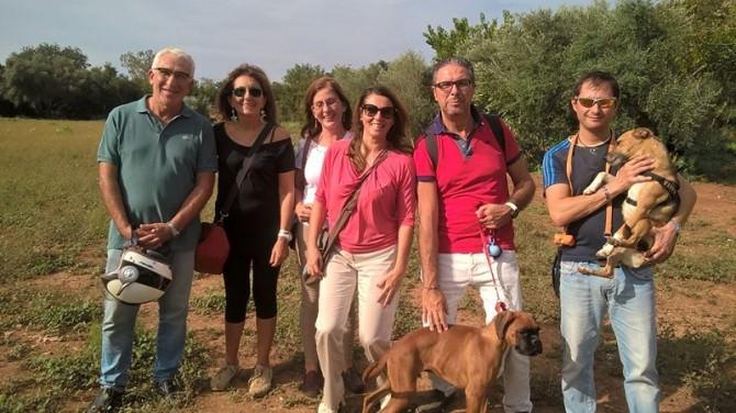 Federica Aluzzo con padroni di cani nella nuova area