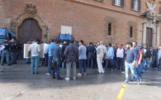 manifestazione Palermo protesta province palazzo dei Normanni