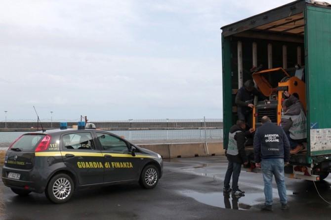 Porto di Catania, sequestrato semirimorchio con mezzi rubati