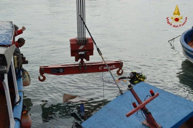 Catania, vigili del fuoco recuperano un peschereccio al porto