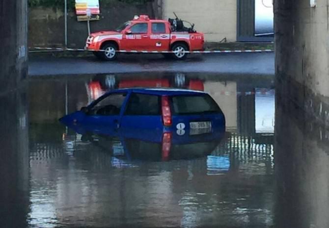 Maltempo, costretti a salire sul tetto dell'auto: tratti in salvo