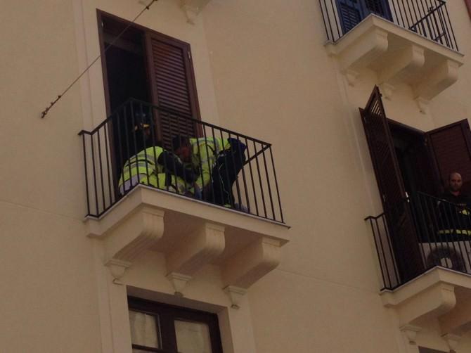 Cade dal balcone in via Manzoni. Soccorso dai vigili del fuoco