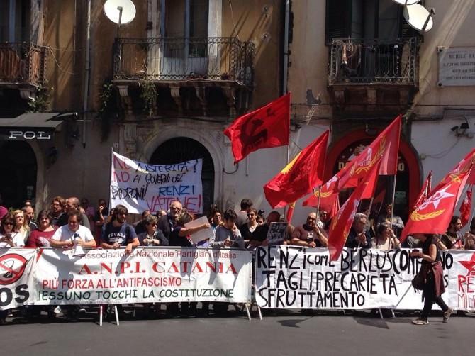 Agitazioni davanti al teatro Sangiorgi. Manifestanti in subbuglio contro Renzi