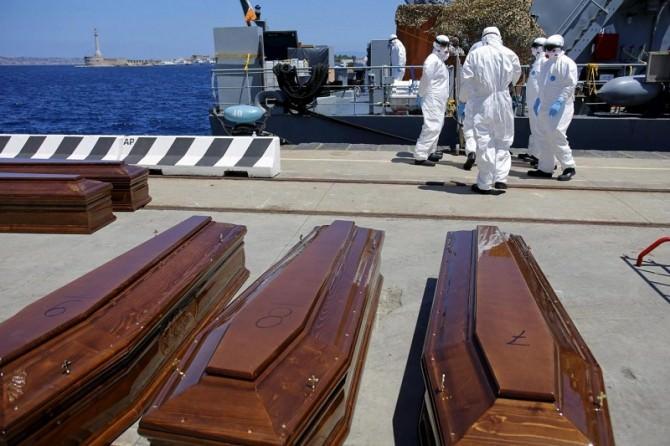 Messina, l'enessima tragedia in mare 14 bare di migranti