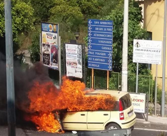 Attimi di paura a Valverde: auto in fiamme. Salvo il conducente