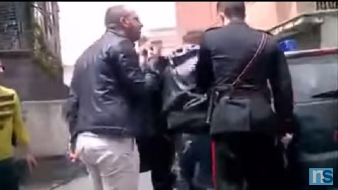 Carabinieri attorniati da folla