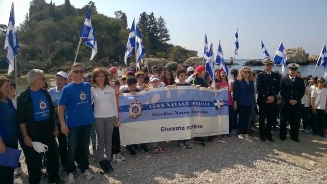 """Una """"festa"""" del mare: studenti visitano l'Isola Bella di Taormina"""