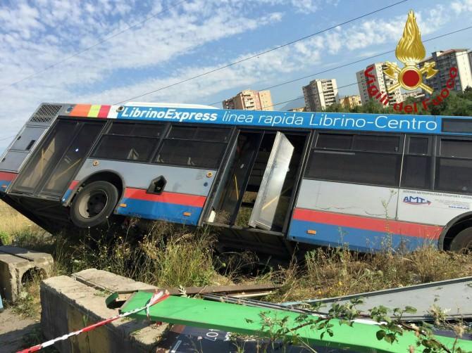 Autobus dell'Amt sbanda e si ribalta a Librino: un ferito