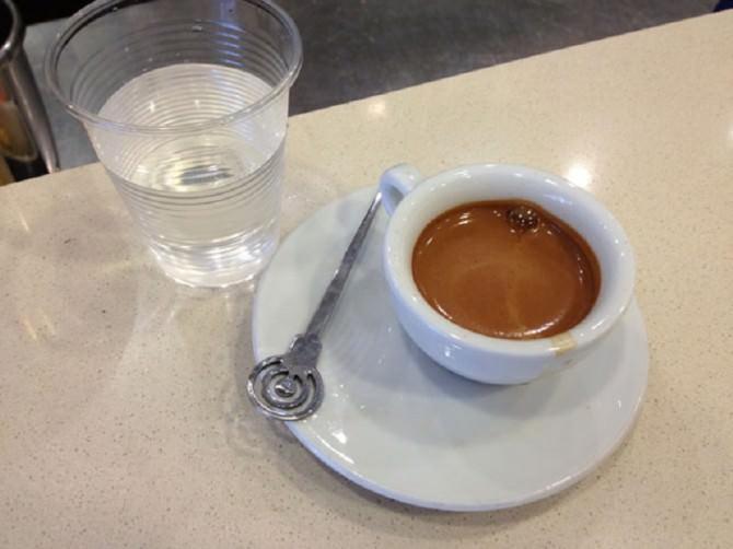 caffè-espresso-con-bicchiere-acqua