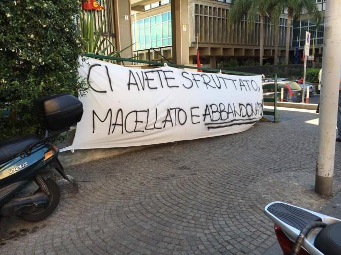 """Teatro Stabile, protesta davanti palazzo Esa. I sindacati: """"Salviamo il teatro"""""""