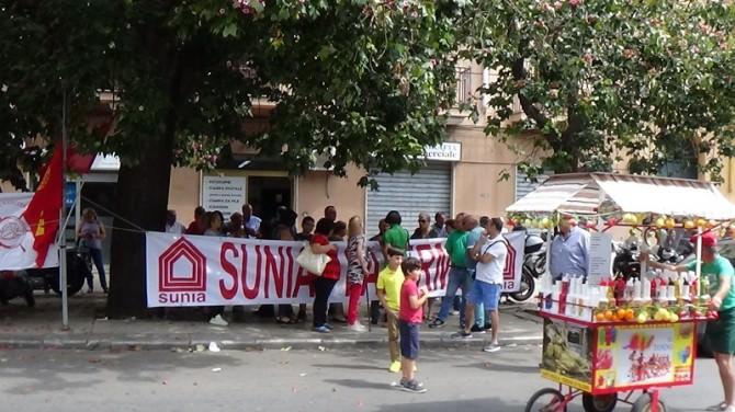 manifestanti fincantieri davanti prefettura via cavour2