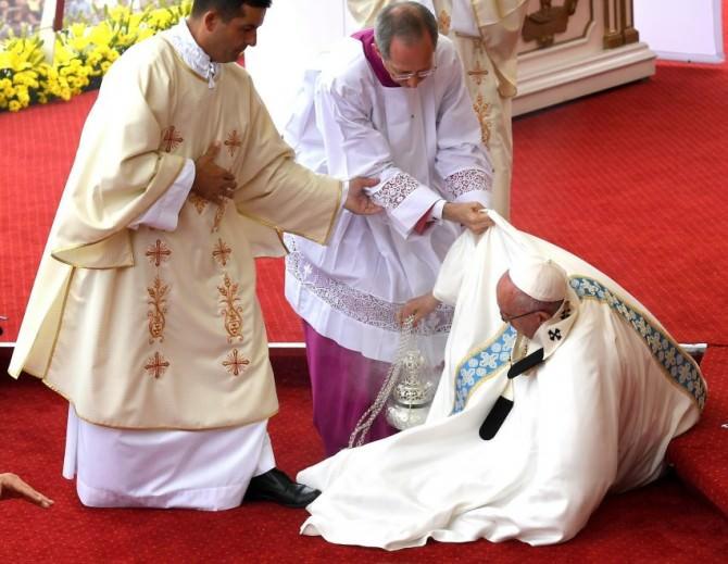 """Veste """"galeotta"""", Papa Francesco inciampa durante la messa a Czestochowa"""