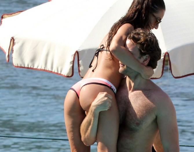 Alessandro Borghi e la fidanzata a Taormina tra baci e giochi hot