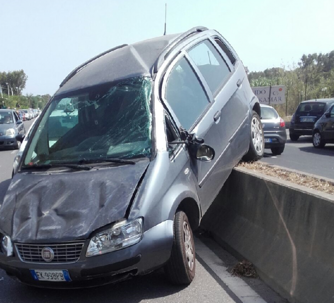 Incidente in Viale Kennedy: Fiat travolge spartitraffico