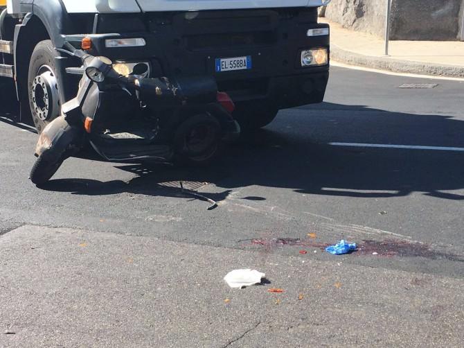 Catania: mezzo della nettezza urbana travolge Vespa