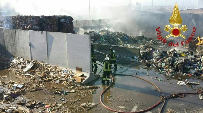 Incendio alla zona industriale di Catania