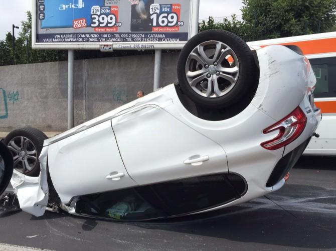 Auto si ribalta in via Passo Gravina. LE IMMAGINI dell'incidente