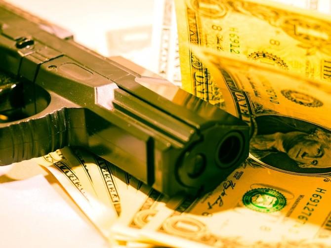Rapina banca soldi pistola