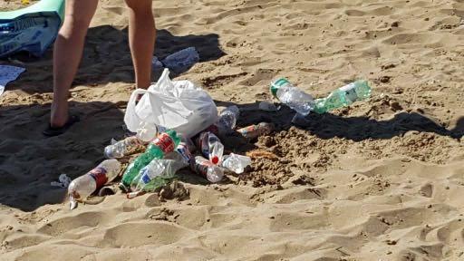 Spiaggia libera n°3 a Catania come un letamaio: rifiuti e degrado ovunque
