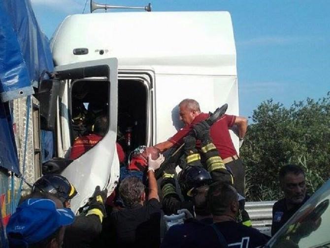 Camion si schianta al Faro Biscari: conducente estratto dalle lamiere