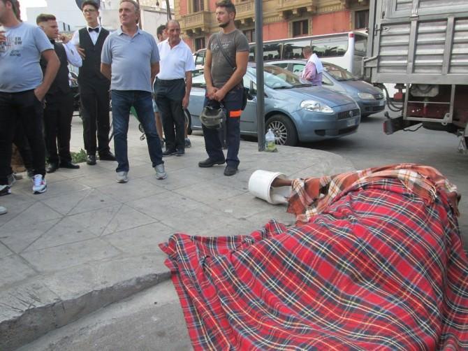 Cavallo morto in piazza Verdi di Palermo