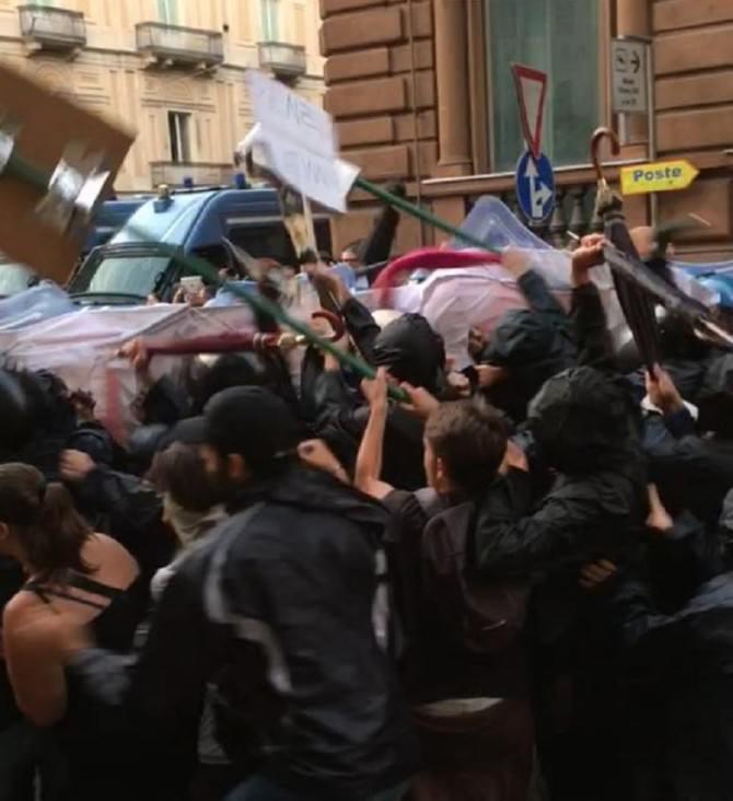 Disordini fuori dalla villa Bellini: petardi e bottiglie contro le forze dell'ordine. LE IMMAGINI IN ESCLUSIVA