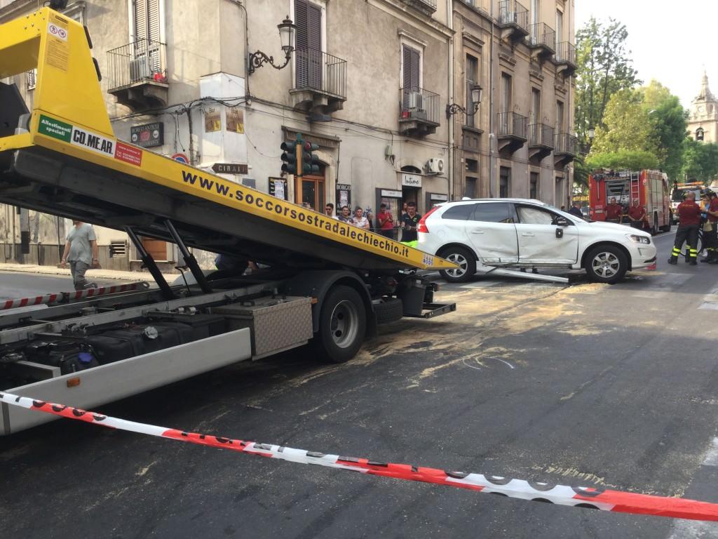 Grave incidente in piazza Cavour: auto si ribalta