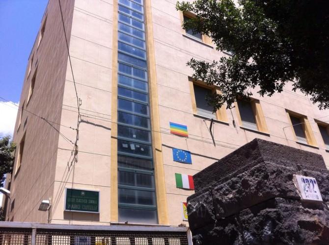 39enne si masturba davanti gli occhi increduli dei passanti di fronte il Liceo catanese Mario Cutell