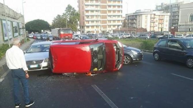 Circonvallazione: scontro tra due auto, una si ribalta. Traffico in tilt