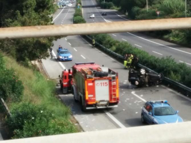 Schianto sulla A18, un ferito in gravissime condizioni. Strada chiusa, auto tornano indietro. FOTO