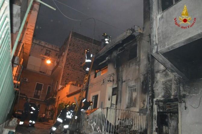 Paura a San Cristoforo, abitazione in via Gentile prende fuoco: FOTO E VIDEO