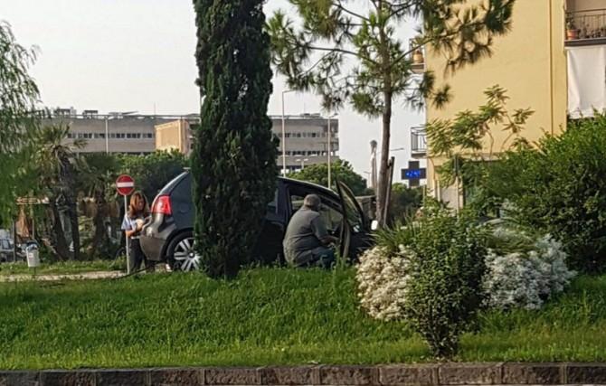 Perde il controllo della sua Volkswagen: rally in piazza Galatea. Le foto