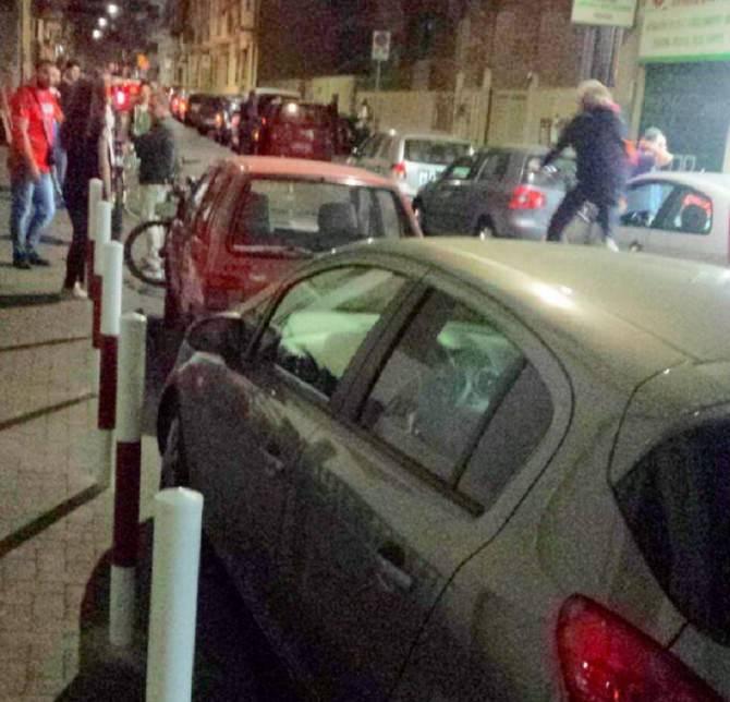 """Parcheggio """"selvaggio"""" in via Napoli, i paletti non dissuadono l'inciviltà"""