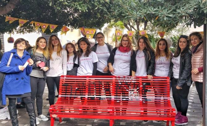 """""""Panchina rossa"""" in Piazza Roma contro la violenza sulle donne"""