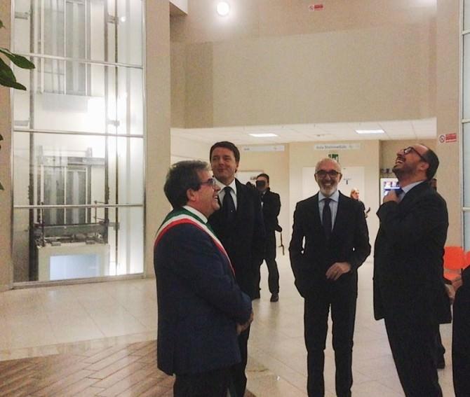 """Renzi inaugura la """"Torre biologica Ferdinando Latteri"""": taglio del nastro, dichiarazioni e... SELFIE"""
