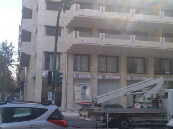 Operai al lavoro per il ripristino dei semafori di viale Vittorio Veneto