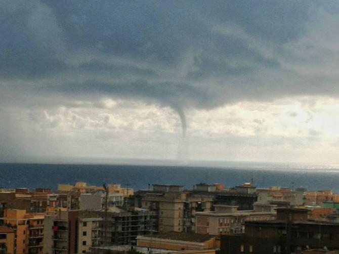 Dopo gli allagamenti anche la tromba marina: stupore e preoccupazione a Siracusa. FOTO