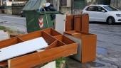 Discarica a cielo aperto in via Svezia: mobili da stanza da letto completa in mezzo alla strada