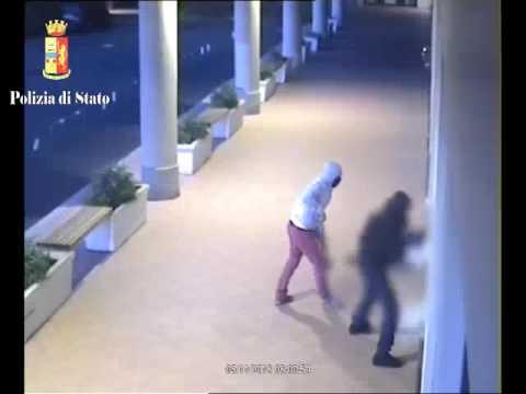 Tentano un furto: allarme e fumogeni li fanno fuggire, arrestati. VIDEO