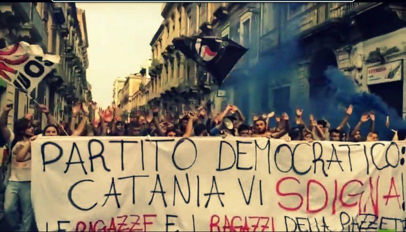 Le Ragazze e i Ragazzi della Piazzetta e il loro striscione contro il PD, dalla pagina facebook della Piazzetta